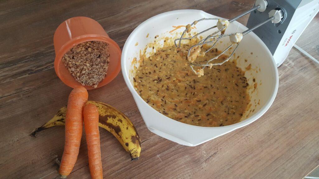 Teig rühren für den leckeren Karottenkuchen